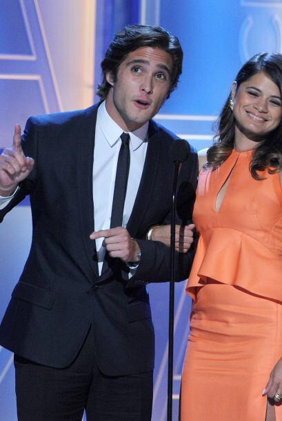Diego Boneta, un guapo hizo aparición en escena, llevando del bra...