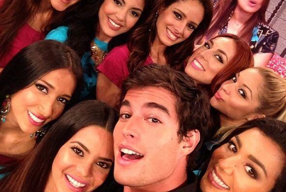 Aquí estuvo rodeado por las concursantes de Nuestra Belleza Latina.