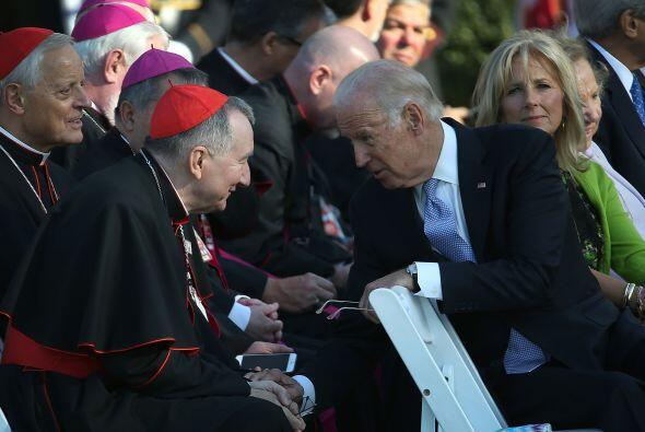 El vicepresidente Joe Biden platica con miembros del clero.