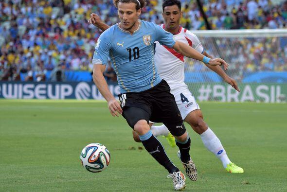 Diego Forlán jamás pudo hacerse notar en el marcador, al arrancar el jue...
