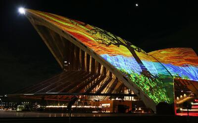Asombrosa instalación de arte ilumina el cielo nocturno en Australia