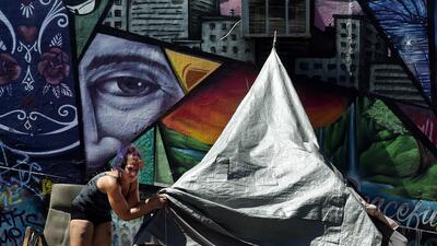 Una mujer en un campamento de personas sin casa en Los Ángeles, donde el...