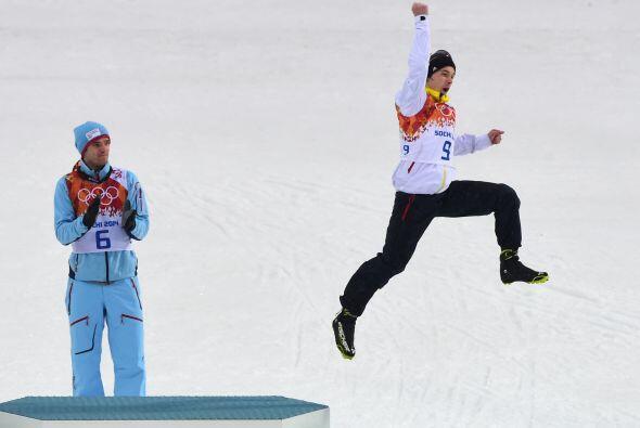 Fabian Riessle de Alemania no desdeña su medalla de bronce y salta por l...