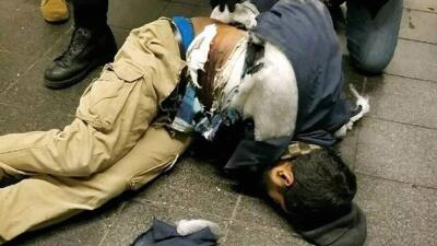El atacante resultó herido al estallar el explosivo que llevaba pegado a...