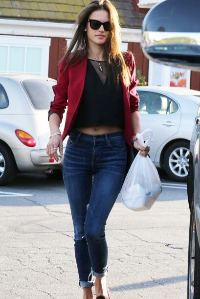 Este 'blazer' de Alessandra Ambrosio es una prenda que toda chica deberí...