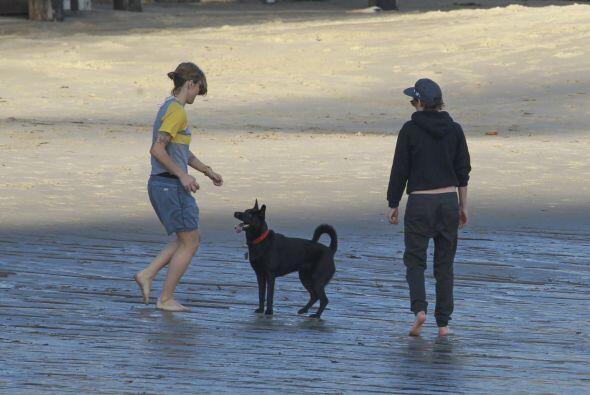 Mientras, las chicas se relajaron jugando con el perrito.