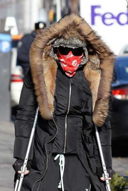 ¿Quién reconoce a Madonna con esas muletas y toda cubierta? Mira aquí lo...