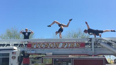 Acróbatas y bomberos de Tucson se unieron en una inusual competencia fís...