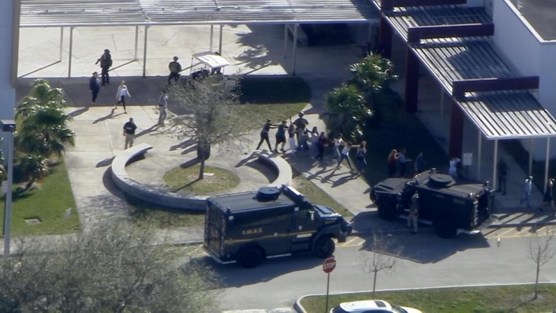 Imagen aérea durante la evacuación de la escuela en la que se produjo el...