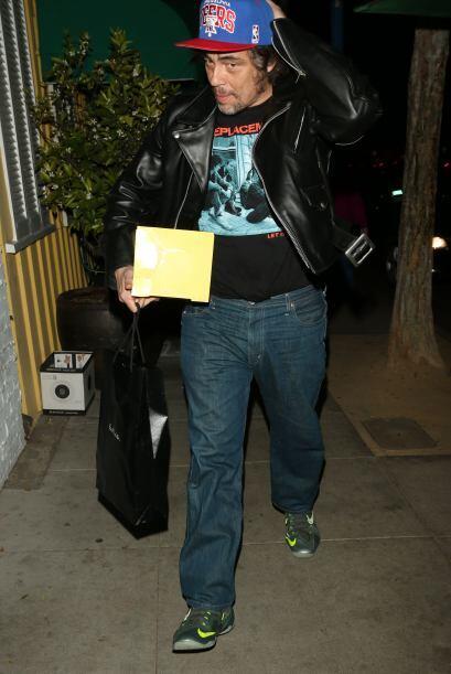 Benicio del Toro lleva el pastel para celebrar el cumpleaños número tres...