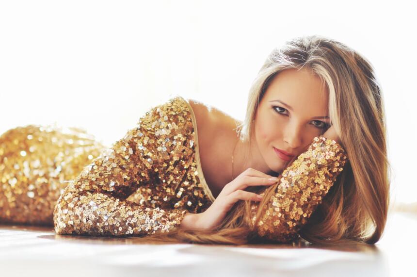 mujer en dorado