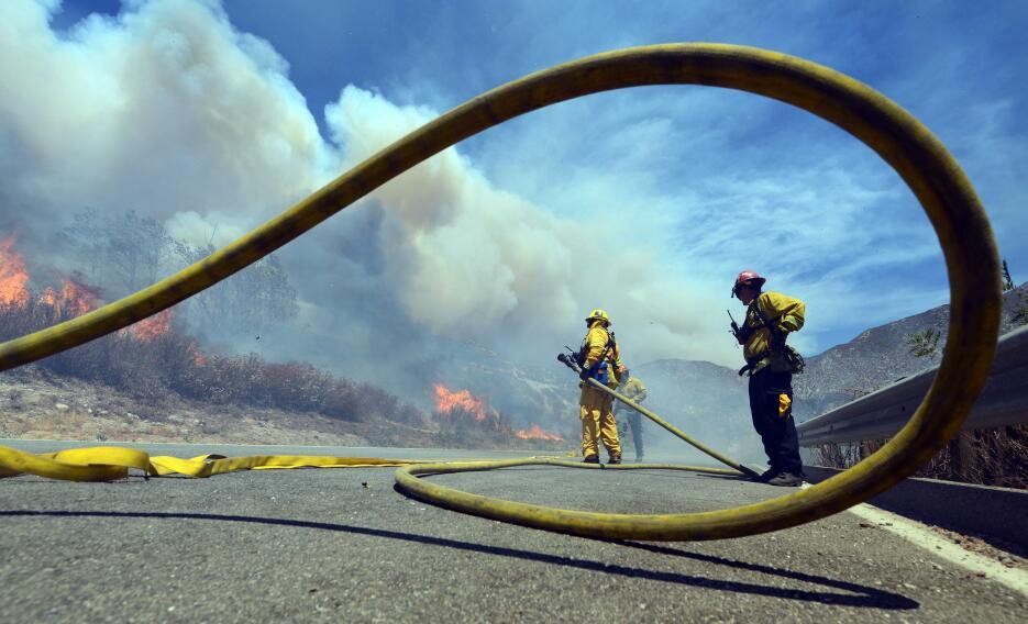 Bomberos combaten el Blue Cut Fire en El Cajon Pass.