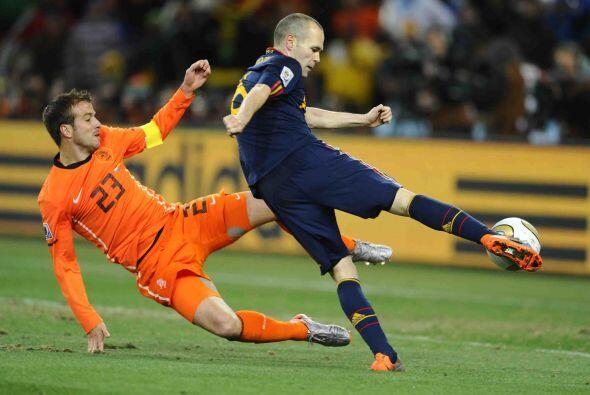 Andrés Iniesta, centrocampista de 26 años de edad y autor del gol que le...