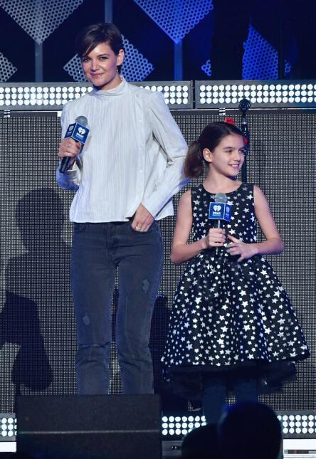 Katie Holmes y Suri Cruise en el escenario de Zingle Jingle Ball 2017.