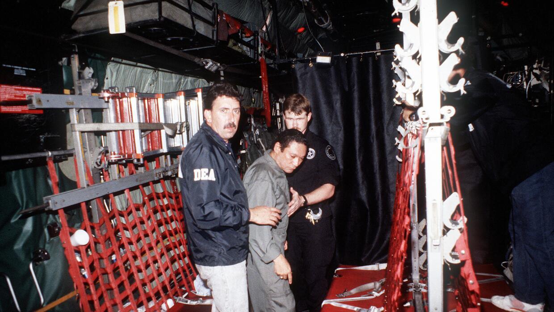 Manuel Antonio Noriega al momento de ser montado en un avión para llevar...