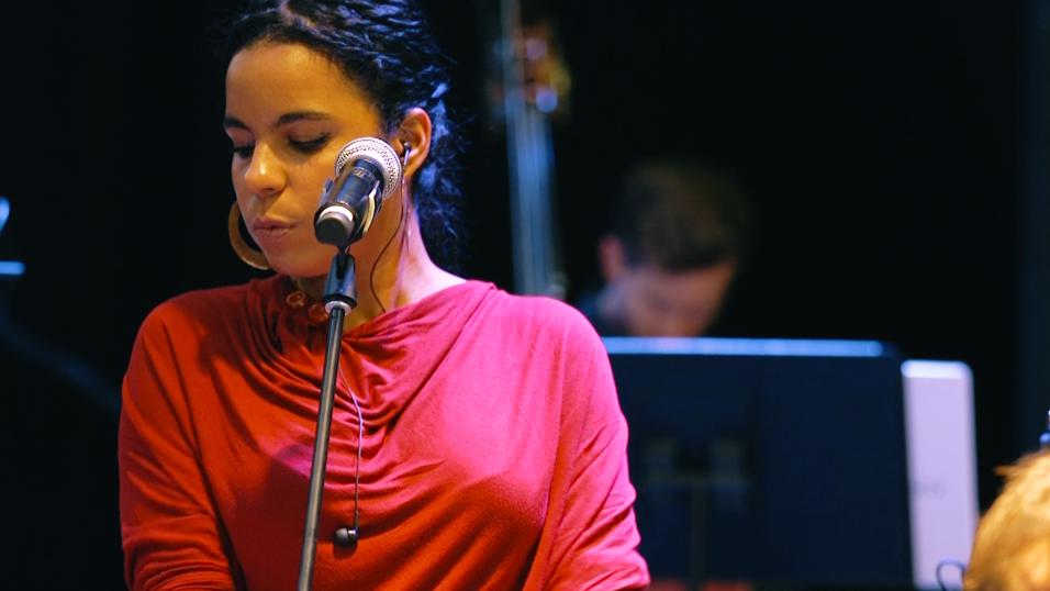 La rapera cubana llevó a cabo un concierto con Nu Deco Ensemble.