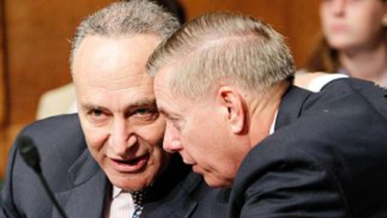 Los senadores Charles Schumer (D-NY) (izquierda) y Lindsey Graham (R-Car...