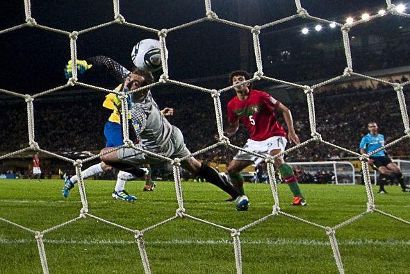Un portero nunca debe de quitarle la vista al balón, por eso el brasileñ...