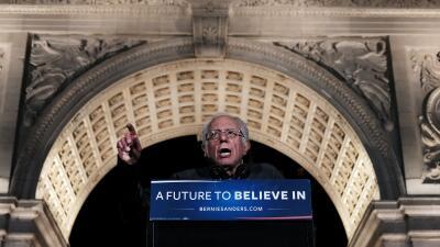 Bernie Sanders durante el mitin de campaña de anoche en Manhattan.