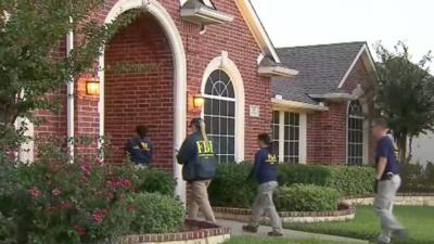Agentes del FBI ingresan a la vivienda de los Mathews en Richardson (Tex...