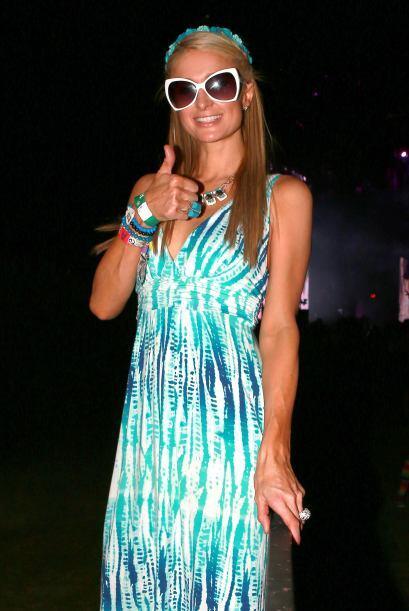Paris Hilton la pasó increíble enfundada en un maxi vestido estampado, u...