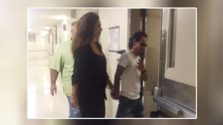 Con su novia de la mano, Marc Anthony llega al hospital donde está su madre