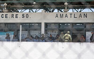 Policías y militares resguardan una prisión en Méxi...