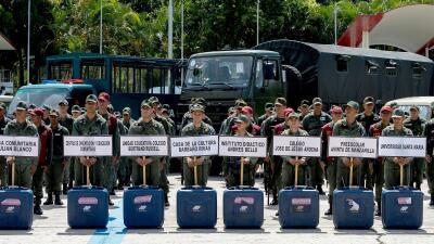 Los militares son los encargados de trasladar el material electoral a lo...