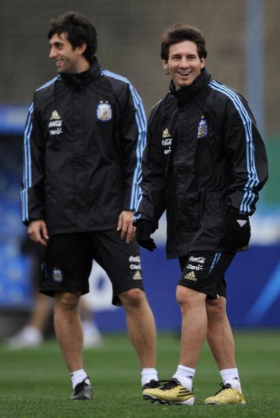Con buena onda y mucho frío Lionel Messi y Diego Milito entrenan...