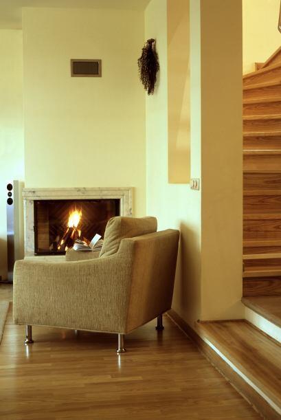 Hogar. La chimenea envía energía hacia afuera de la casa,...