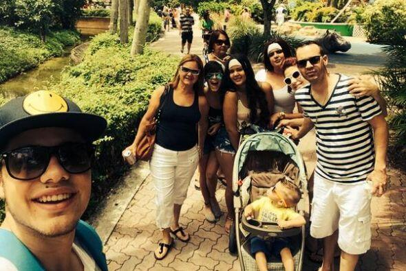 """#HappyEaster at #MiamiZoo with the family..."", compartió William. (Abri..."