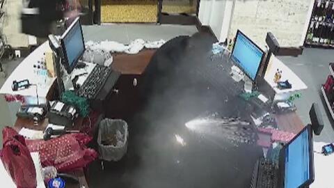 Hombre sufre quemaduras tras explosión de cigarrillo electrónico en su p...