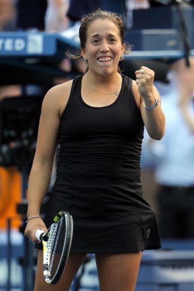 Irina Falconi se impuso a Dominika Cibulkova en tres mangas.