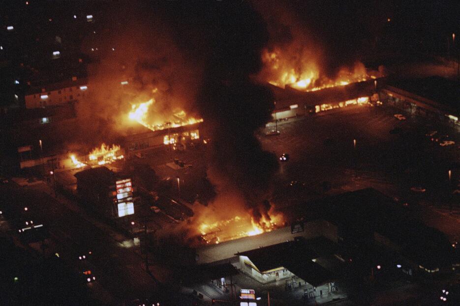 Varios locales en una plaza comercial en Sur Los Ángeles ardían sin cont...