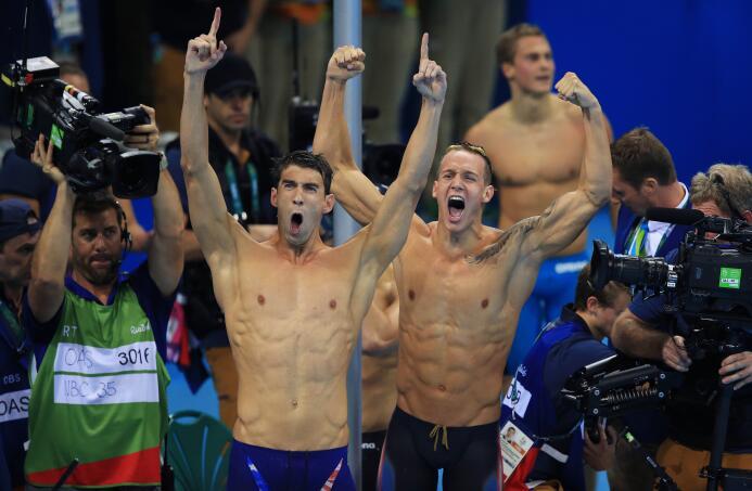 Michael Phelps, segundo relevista de Estados Unidos, elevó su récord de...