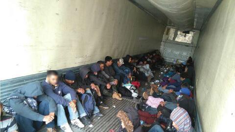 Migrantes hallados hacinados dentro de un tráiler estacionado en...