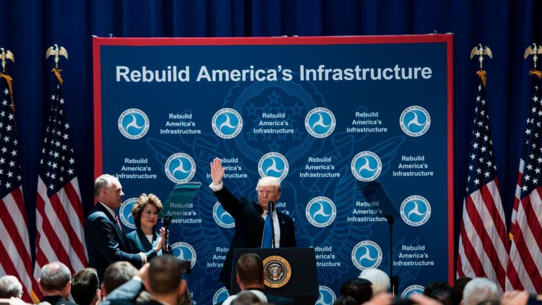 Donald Trump durante su visita al Departamento de Transporte, en junio 9.