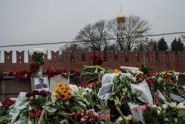 La marcha pasó por el puente próximo al Kremlin donde Nemtsov, de 55 año...