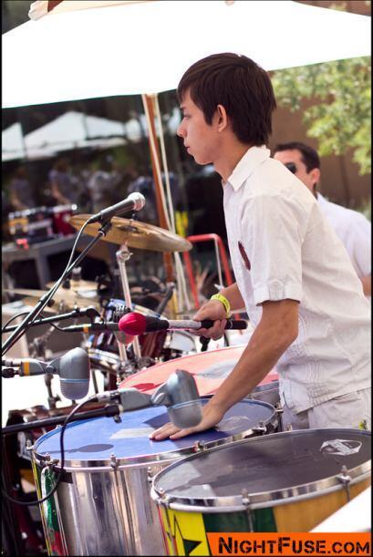 El percusionista Alex Fidel tocó tres surdos, un tipo de tambor brasileño.