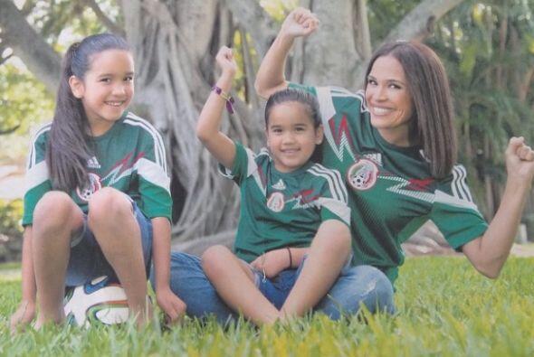 """""""¡Mis amores chiquitos posando con mama! #antonellaymichaella #misamores..."""