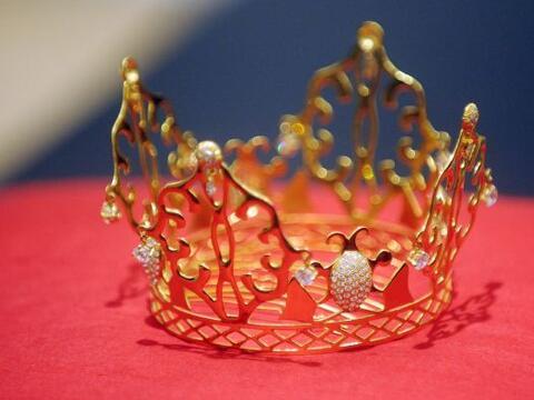 La tiara de oro de 18 quilates y diamantes que Victoria Beckham llev&oac...