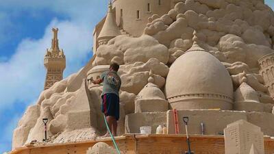 Hombre vive en un castillo de arena desde hace 25 años