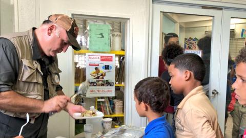 El chef José Andrés repartiendo comida en Puerto Rico.