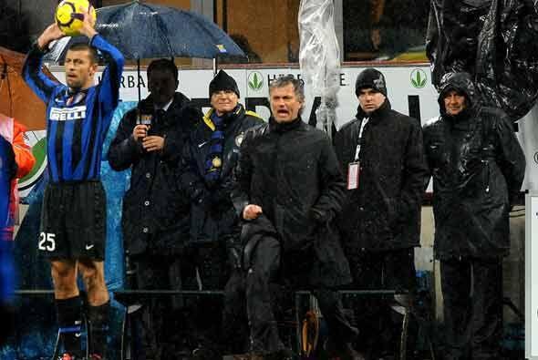 Aunque quedaba poco tiempo, Mourinho alentó a sus jugadores para que no...