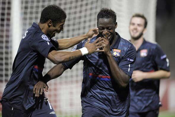 El Lyon goleó 4-0 al Debrecen y pasó a octavos en el segundo lugar.