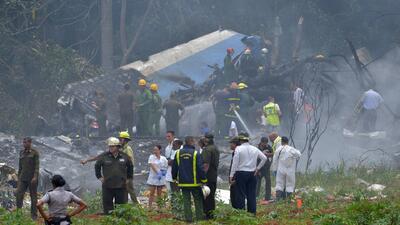 Viajan desde Miami familiares de víctimas del avión que se estrelló tras despegar de aeropuerto en Cuba