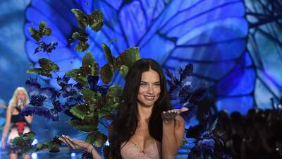 Adriana Lima y una belleza que no se pierde con el paso de los años