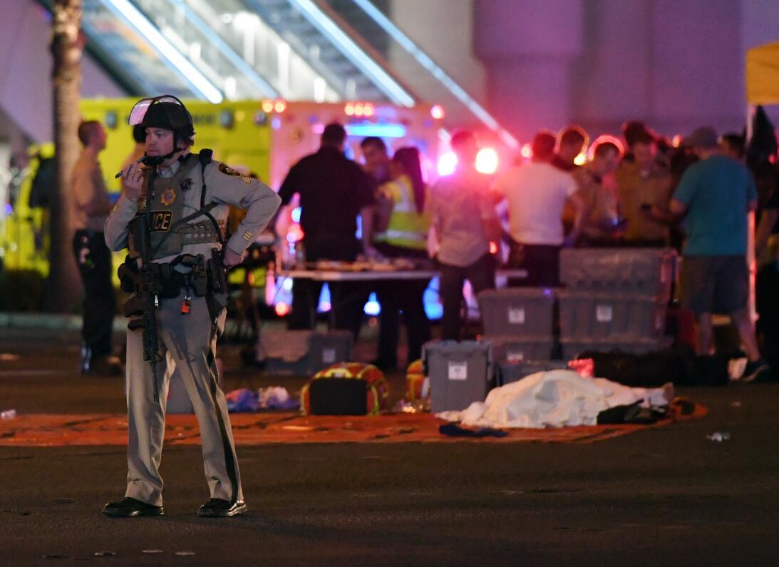 Un agente de la policía de Las Vegas habla por teléfono en el lugar de l...