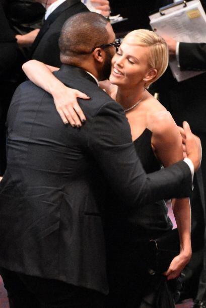 Así saludó Charlize Theron a Steve McQueen. Ella al igual que muchos pen...