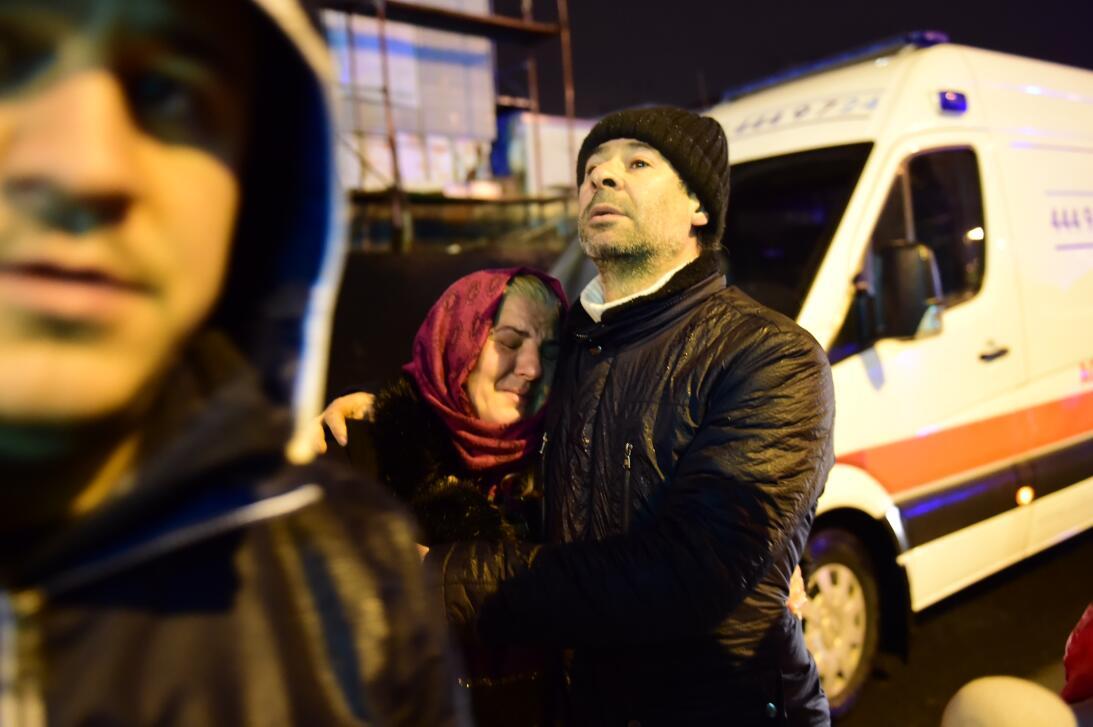 Una mujer llora cerca del lugar del ataque armado.